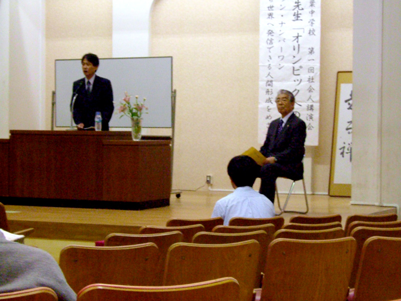 lightbox2=group,講演される霜会長を紹介する江崎校長 クリックで拡大