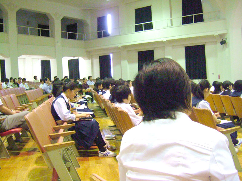 lightbox2=group,講演を聴く生徒や父兄 クリックで拡大